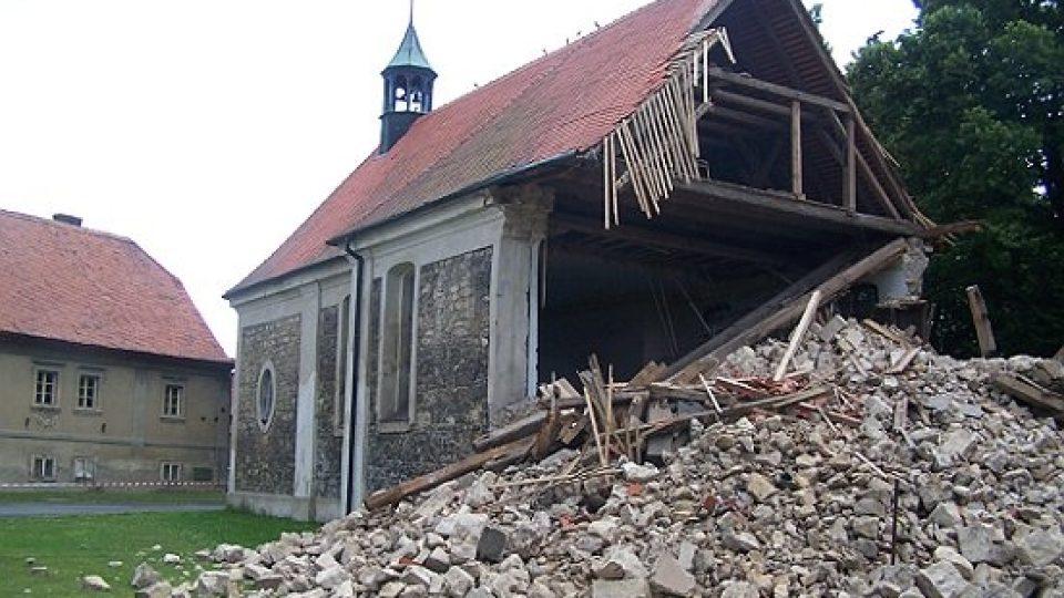 Zřícený kostel v Lenešicích
