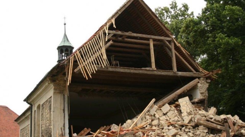 Zřícená věž kostela v Lenešicích na Lounsku