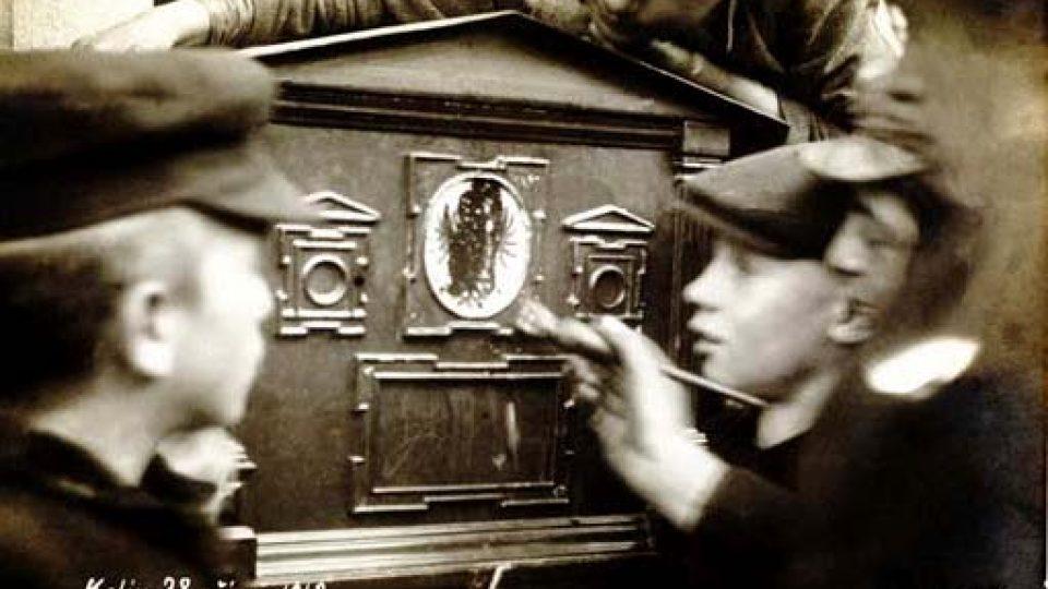 Rakousko-uherské symboly zmizely v říjnu 1918 i z poštovních schránek...