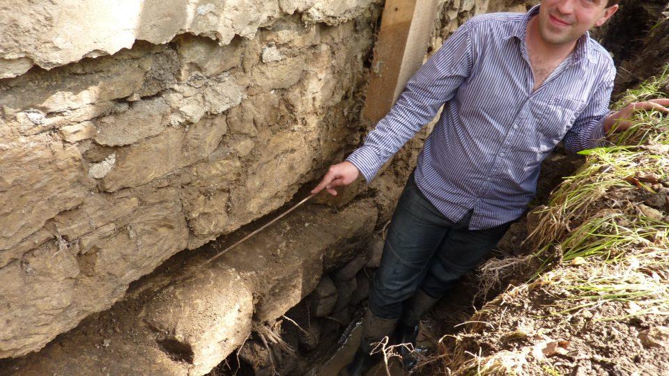 Archeolog Martin Volf ukazuje místo, kudy se chodilo do kostela