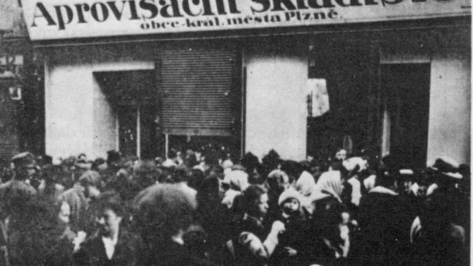 Demonstrující ženy před aprovizačním skladištěm v Plzni 1918