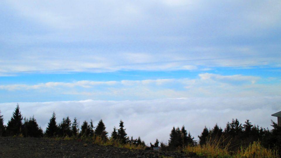 mlhové peřiny nad krajinou pod Klínovcem