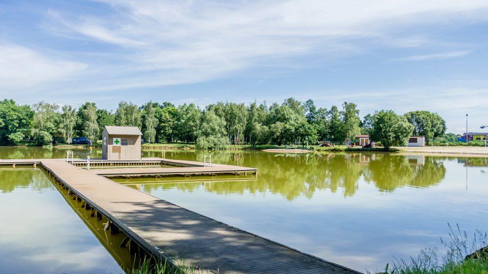 Chomutovské Kamencové jezero má rozlohu téměř 16 hektarů a průměrnou hloubku 2 metryg