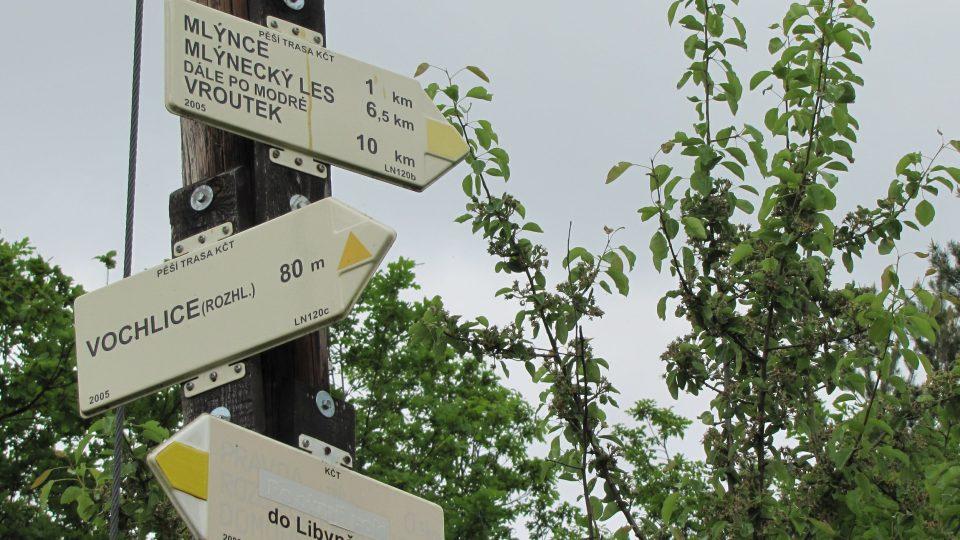 Rozhledna Vochlice, turistický ukazatel