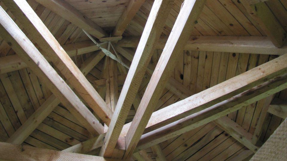 Rozhledna Vochlice má novou střechu
