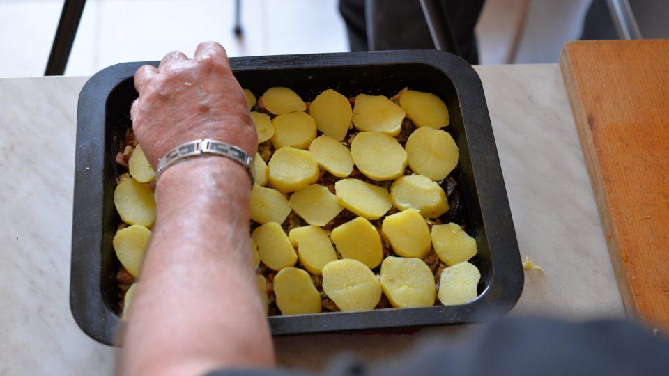 Poklademe zbytkem brambor, okořeníme a dáme do trouby vyhřáté na 200 stupňů zapéct na 15 minut