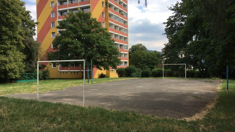 Místo asfaltového plácku na Skřivánku by Eliška Pixová chtěla hřiště pro starší děti. Obyvatelé sousedního domu nesouhlasí