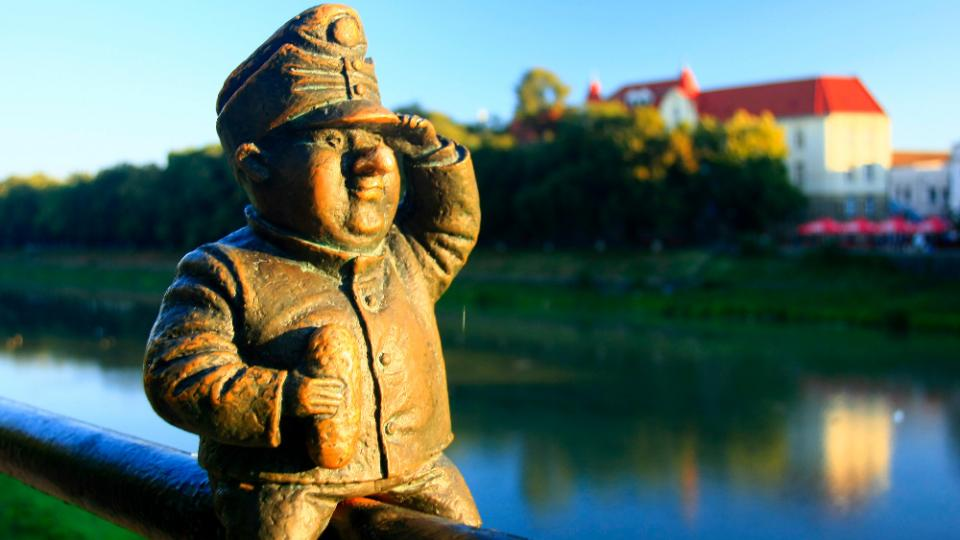 Na břehu řeky Už v Užhorodě, naproti čtvrti Nové Galago, kterou za pouhých 10 let postavili Čechoslováci, najdete i nejmenší sochu dobrého vojáka Švejka na světě. Jako jediná také nemá v ruce půllitr, ale šišku knedlíku