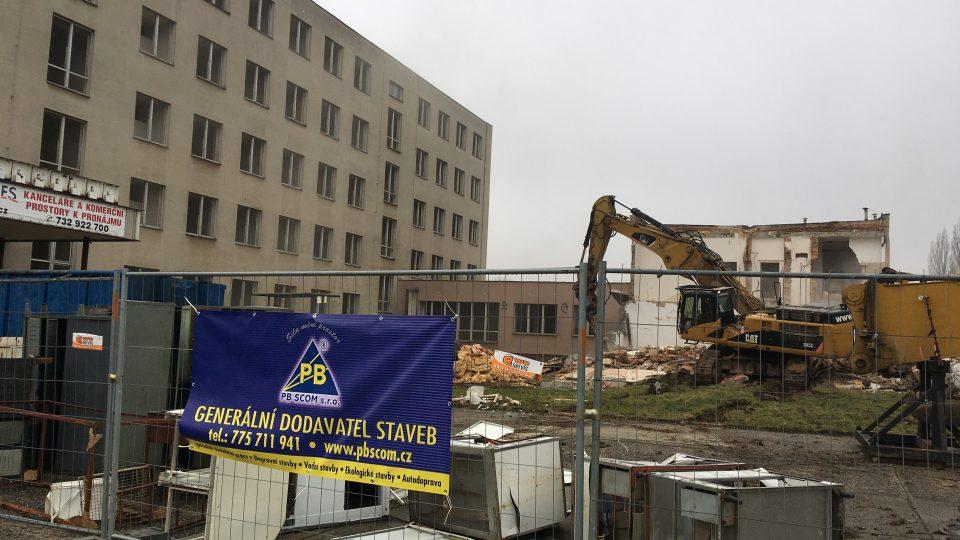 Bývalou budovu Geoindustrie obec Proboštov na Teplicku bourá