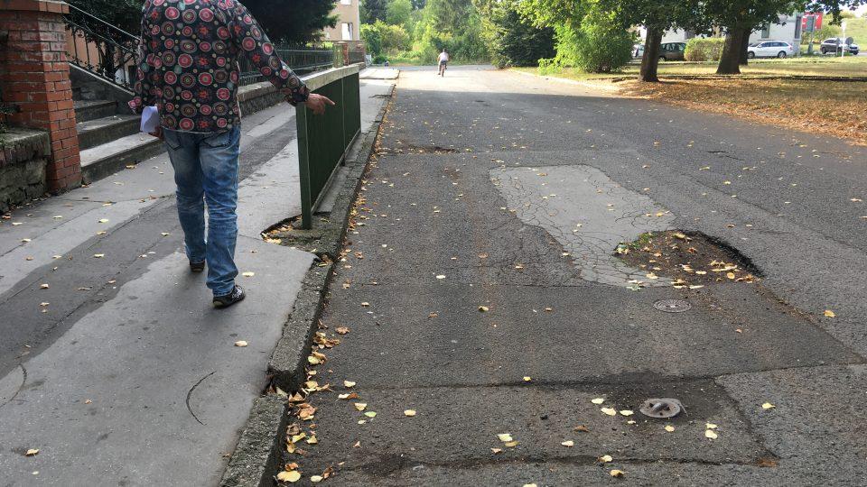 Chodníky a silnice v části Předlic jsou děravé a skoro třicet let neudržované. Ani tentokrát s opravami radní nepočítají
