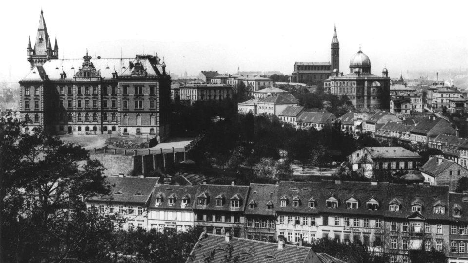 Dominanty Teplic – kromě synagogy také gymnázium a později obchodní akademie (vlevo). Za synagogou je vidět kostel svatého Bartoloměje