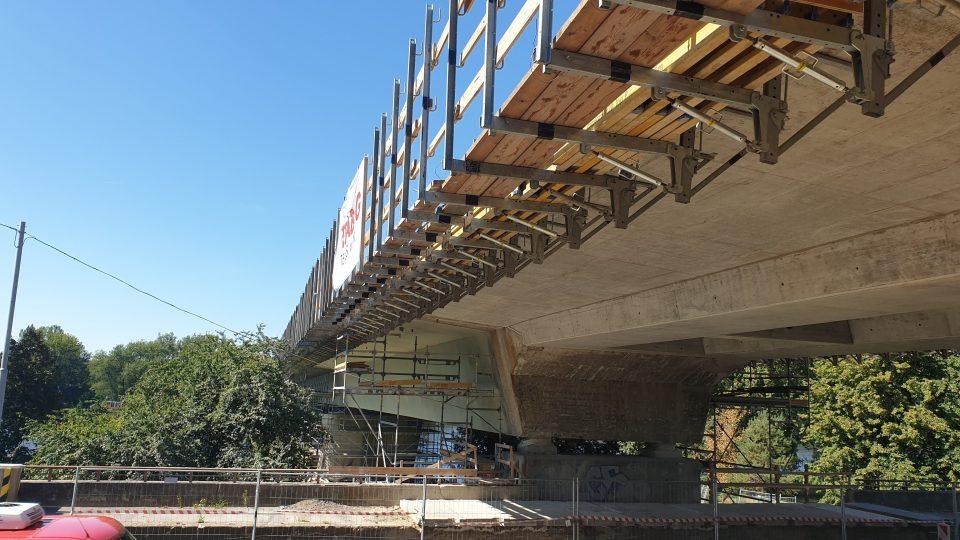 Oprava mostu ve Štětí pokračuje