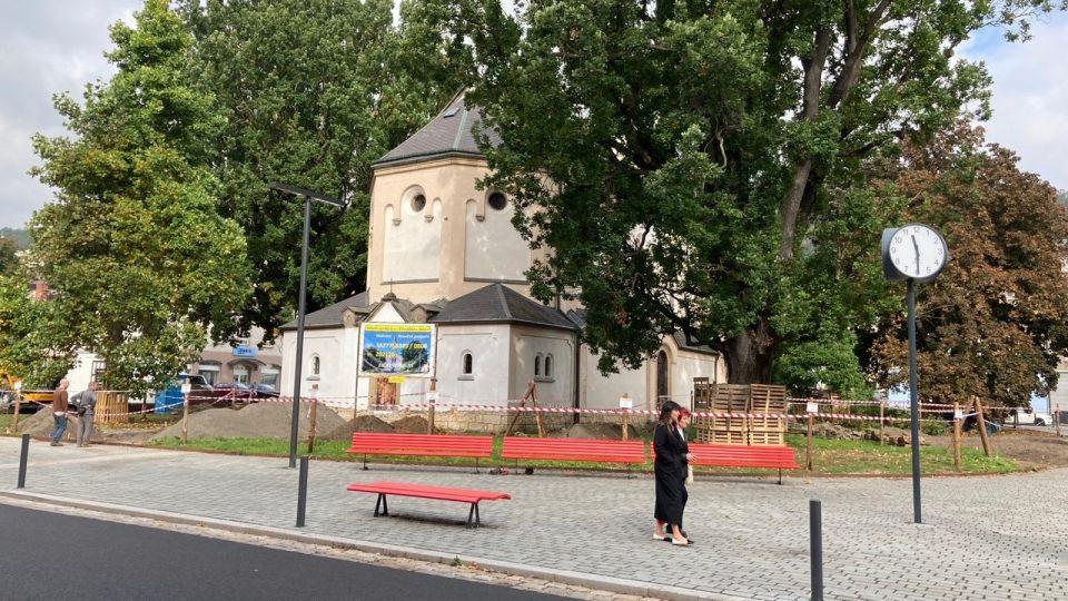 Římskokatolická farnost začala na vlastní pěst s obnovou parku na Husově náměstí v Děčíně