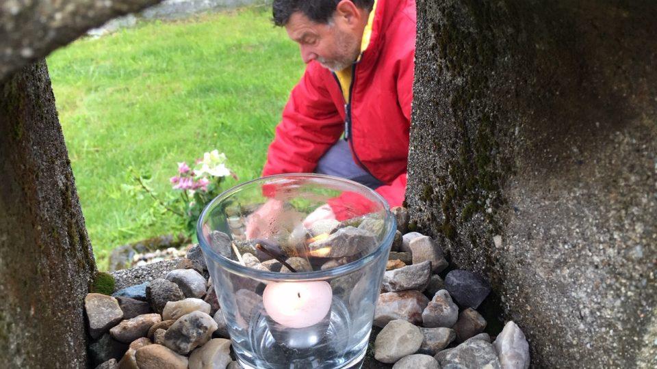Karel Mníšek pečuje o jeden z hrobů v Doubici