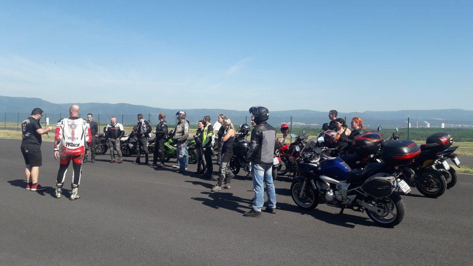Tři desítky začínajících i zkušených motorkářů dnes trénovaly na polygonu v Mostě