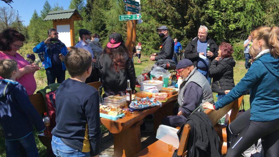 Na zelené hranici u Klínů v Krušných horách uspořádali Češi a Němci společný piknik