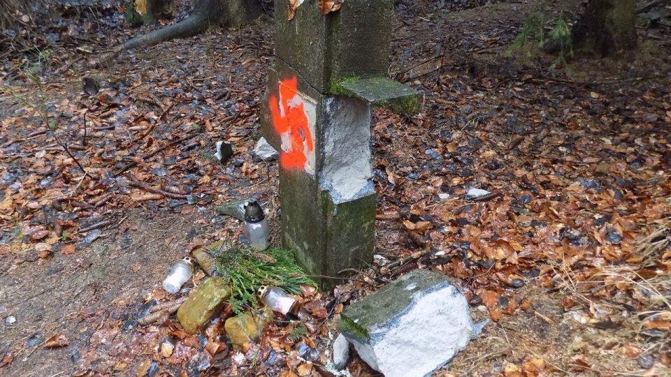 V Kytlicích někdo poničil pomník věnovaný německým obětem divokého poválečného odsunu