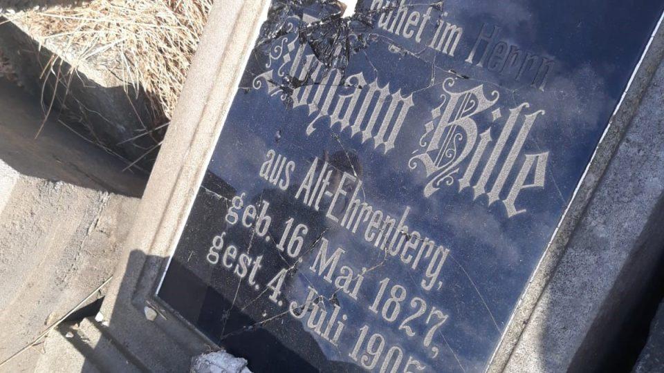 Staré německé náhrobky ve Starých Křečanech skončily v rohu hřbitova