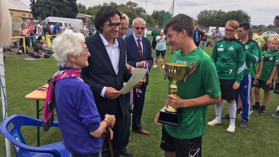 Předávání cen vítězům vzpomínkového fotbalového klání