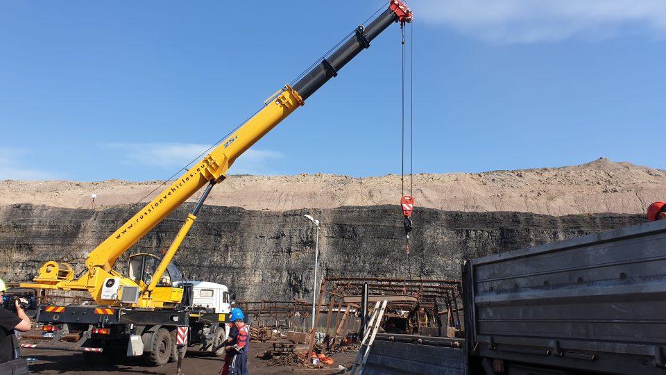 Těžaři propustí většinu ze dvou stovek horníků, kteří dobývali uhlí v chodbicích v lomu ČSA