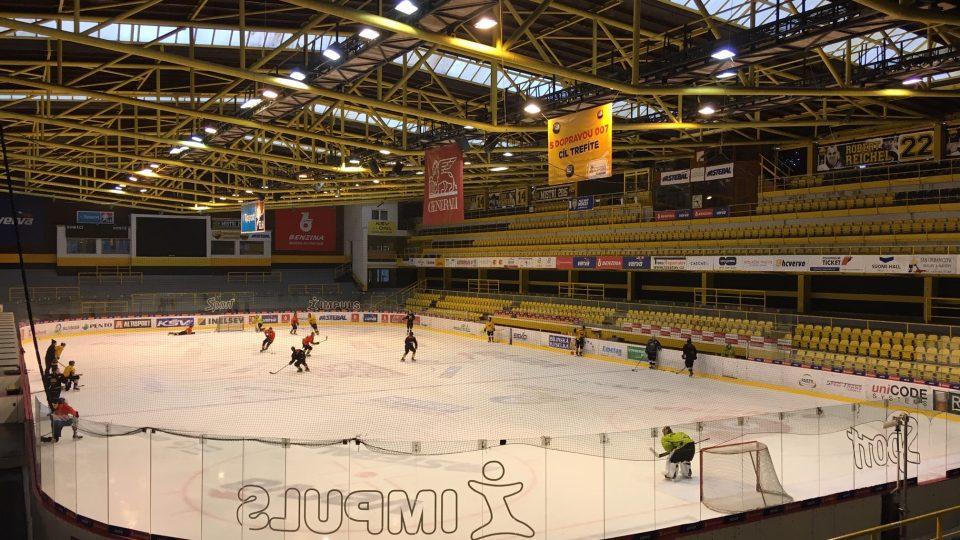Stadion současný stav, protilehlou tribunu nahradí nová
