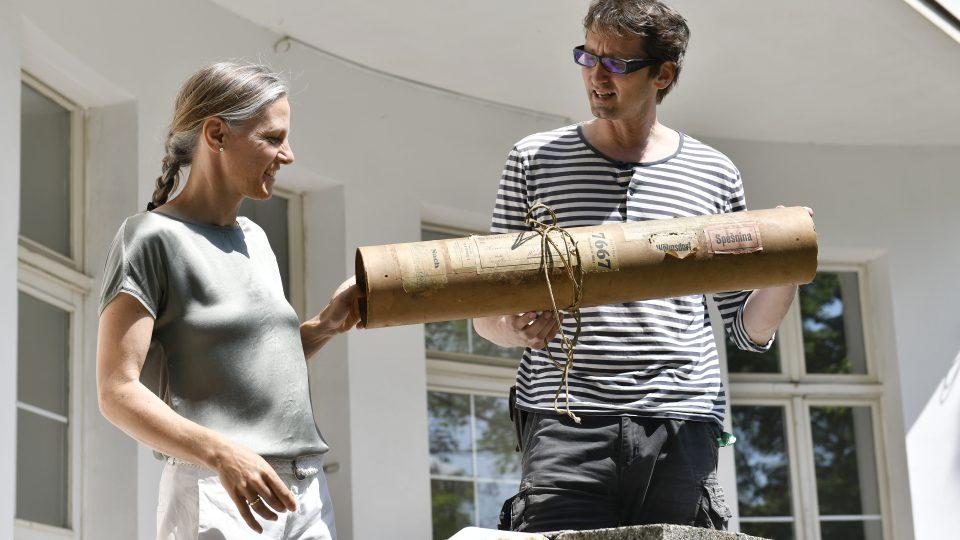 Historici Clauda Quiring a Martin Krsek při slavnostním křtu webových stránek o Hansi Richterovi