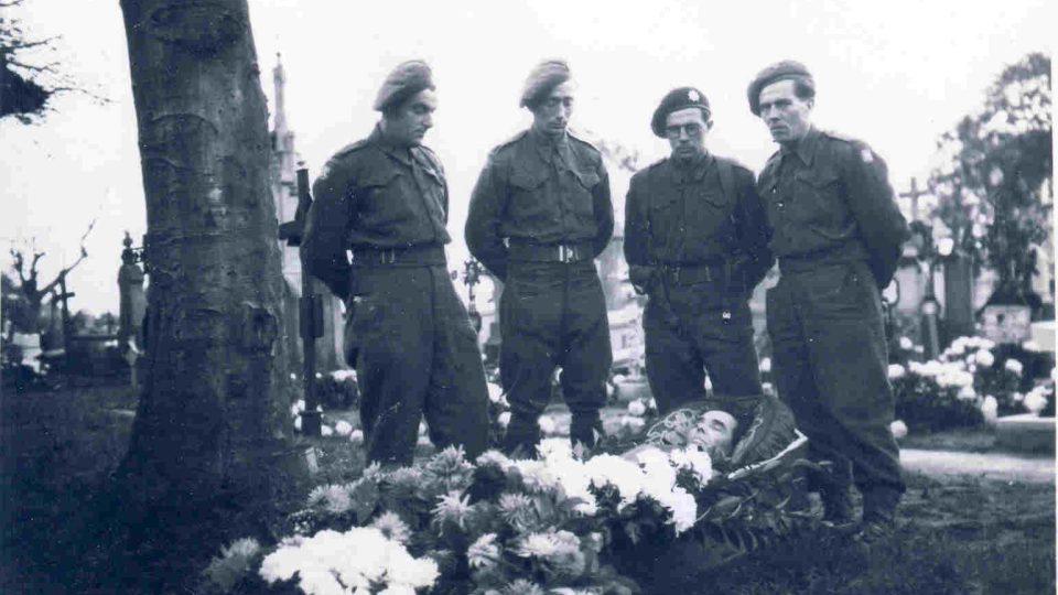 morcheovi_v_uniformach_ceskoslovenskeho_vojska_stoji_na_rakvi_s_padlym_bratrem_fritzem_1944_francie.jpg