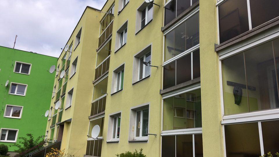 """Panelový dům v Jiříkově, kde se pro zpracování """"šedé vody"""" rozhodli"""