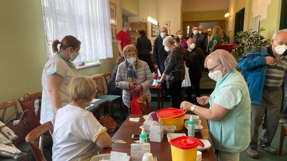 Vedení Krásné Lípy zorganizovalo pro všechny své seniory starší 70 let hromadné očkování