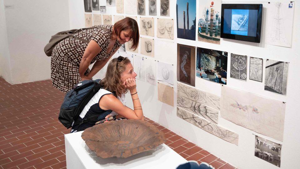 Průřez tvorbou sochaře a keramika Milana Žofky představuje Regionální muzeum v Teplicích