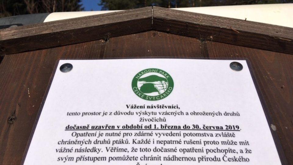 Strážci národního parku České Švýcarsko instalují cedule, upozorňující na místa, kam návštěvníci kvůli hnízdění vzácných ptáků nesmějí