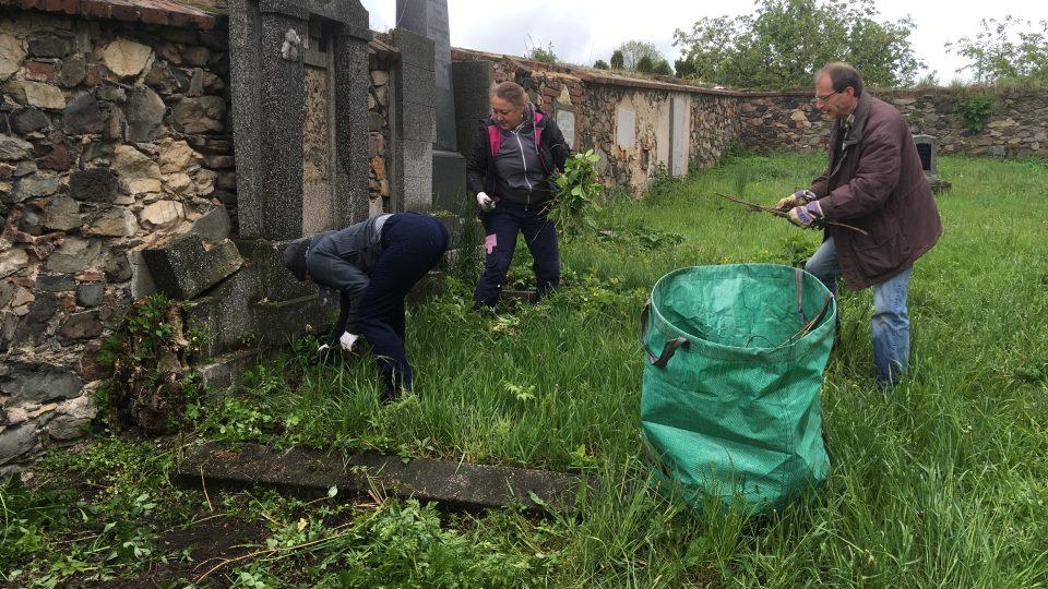 Dobrovolníci z Česka i Německa zachraňují pustnoucí hřbitovy v Chouči a Bílině