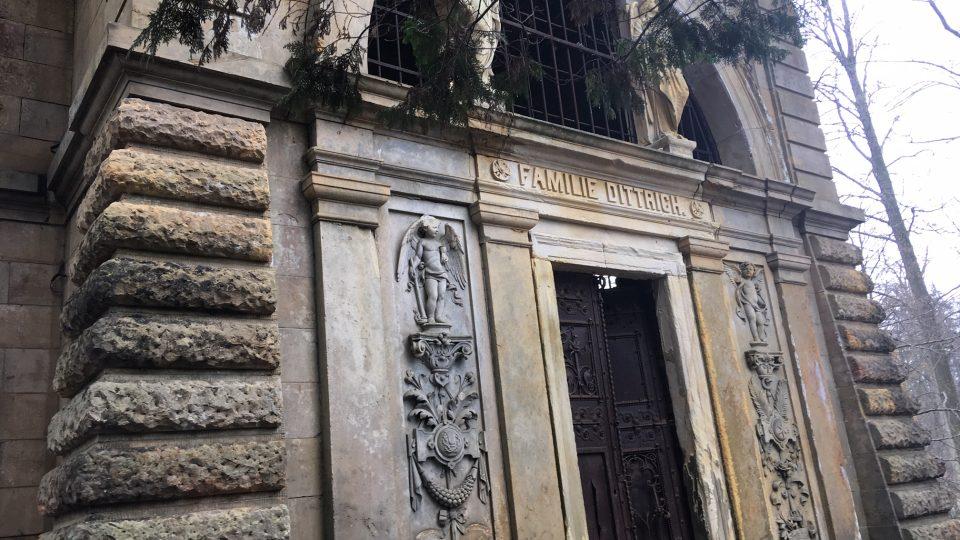 Záchrana unikátní hrobky rodiny Dittrich v Krásné Lípě začíná
