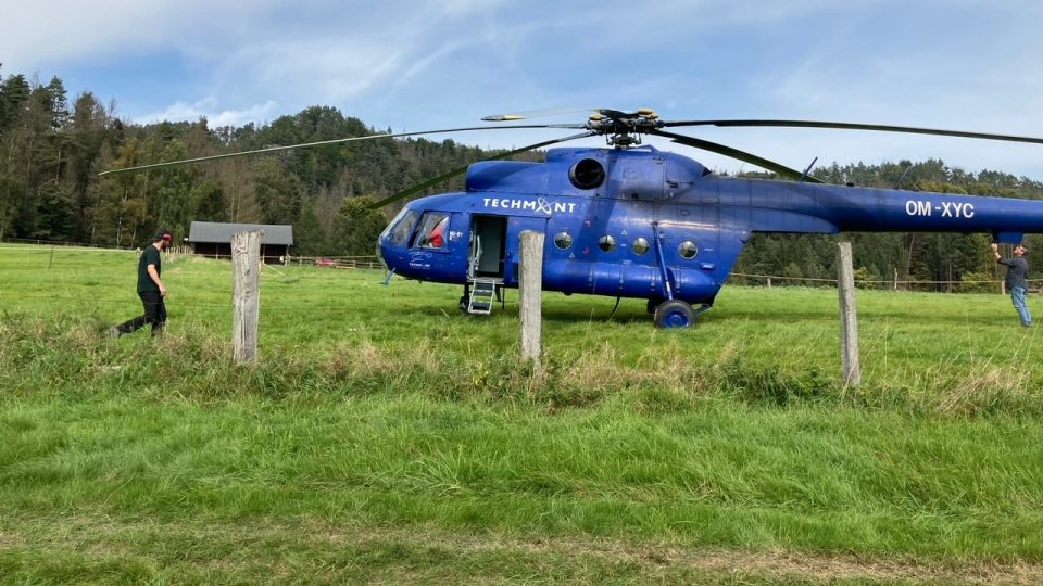 Na skalní hrádek Šaunštejn v Českém Švýcarsku dopravil materiál vrtulník