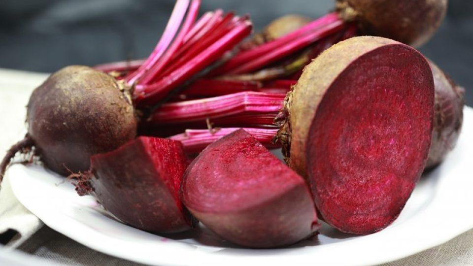 Červená řepa je nezbytnou surovinou při přípravě boršče. Dává mu charakteristickou karmínově červenou barvu.
