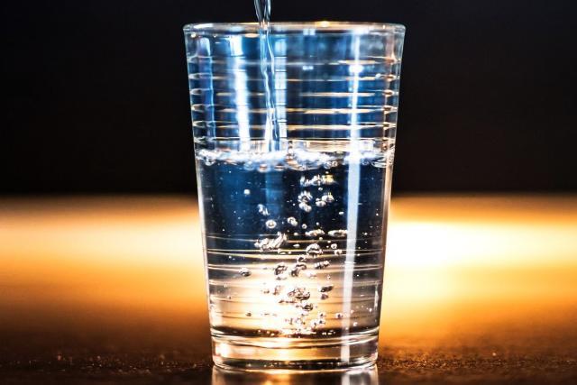 Pitná voda a minerálka (ilustrační foto)