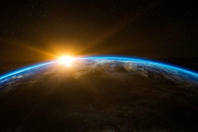 Zeměkoule a vycházející Slunce