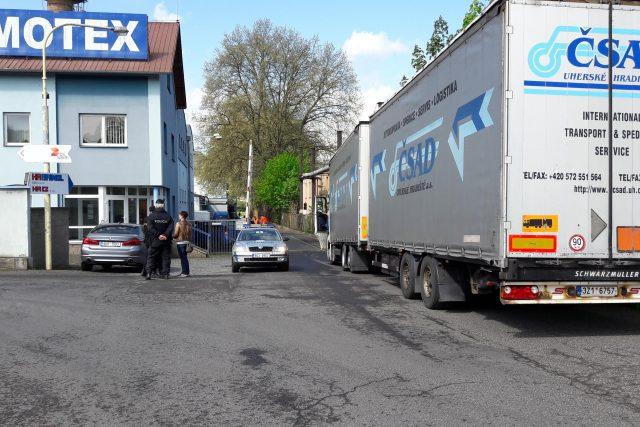 V areálu firmy Chemotex v Děčíně ráno unikl z cisterny nákladního auta fenol