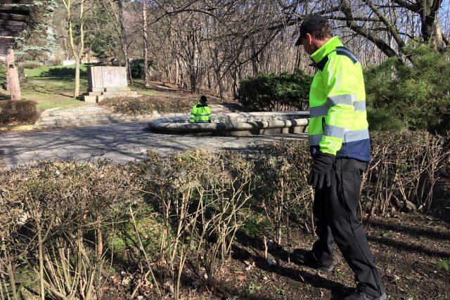 Mostečtí strážníci a asistenti prevence kriminality začali ¨s úklidem mosteckých parků