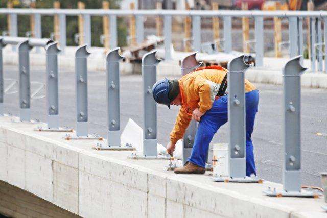 Práce na silnici při rekonstrukci nádraží v Ústí nad Orlicí