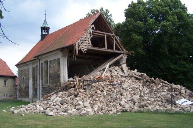 Zřícená věž kostela Svatého Šimona a Judy v Lenešicích u Loun