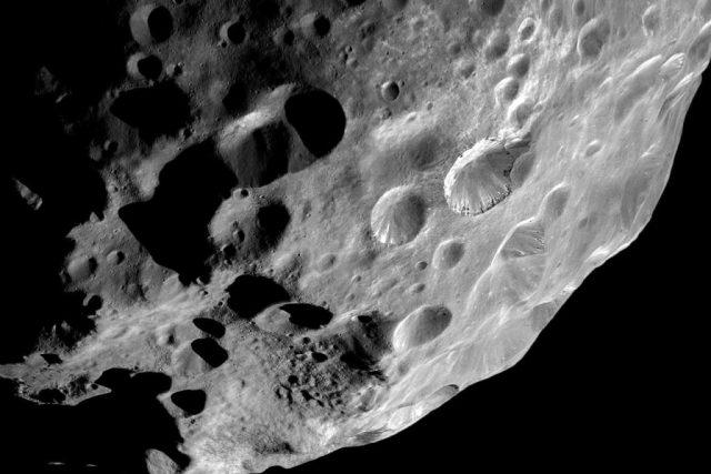 Saturnův měsíc Phoebe zachycený na fotografii sondou Cassini při jednom z blízkých průletů   foto:  NASA