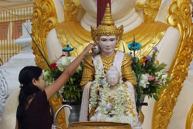 Polévání Buddhy