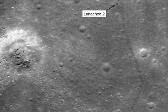 Na snímku z družice LRO jsou vidět nejenom stopy, ale také vrak Lunochodu
