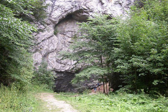 Skála se vchodem do jeskyně Býčí skála v Moravském krasu