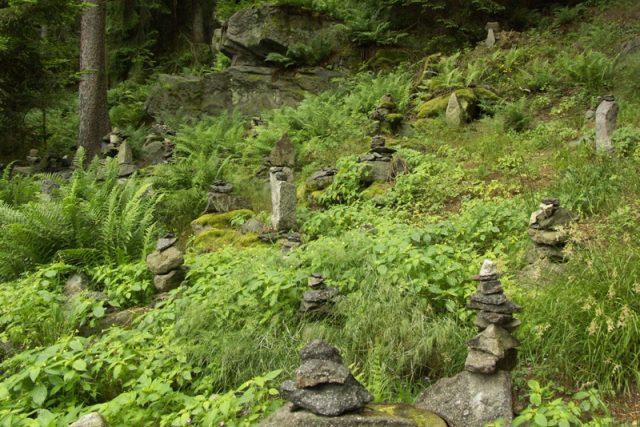 Kamenní mužíci, které na svahu pod kbílským dolmenem budují návštěvníci