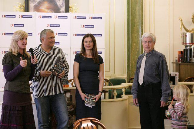 Křtu knihy Straka v říši entropie se v pražském knihkupectví Kanzelsberger zúčastnili také autorka Markéta Baňková (uprostřed) a fyzik Jiří Grygar (vpravo)