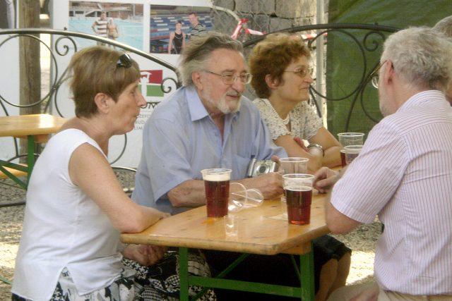 Lidé popíjející pivo
