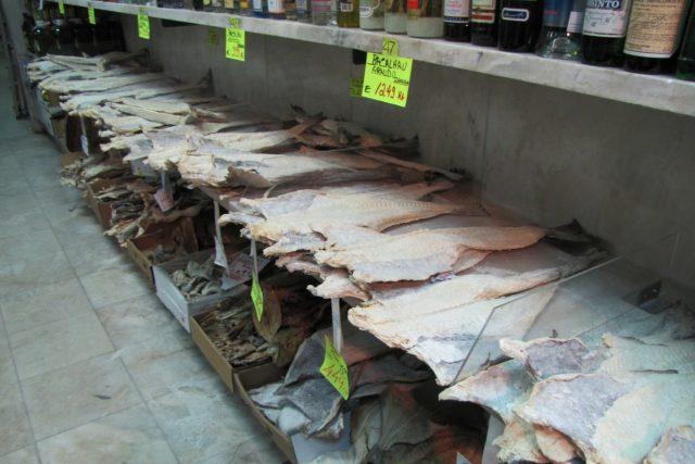 V ulici je řada krámků s typickými potravinami. Hlavně se sušenými treskami…