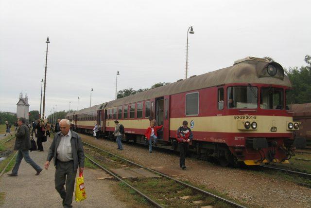 První vlak, ze kterého šli lidé do autobusu